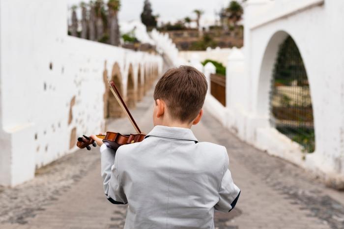 Sesión de fotos de comunión con violín en barrio San Francisco en Telde