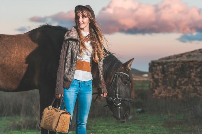 Sesión de fotos de chicas con caballos moda y complementos