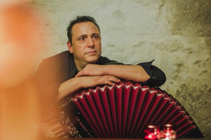 Sesión de fotos a músico profesional con acordeón en Enoteca El Zarcillo en Tafira