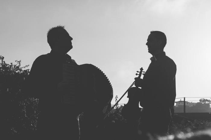 Sesión de Fotos a músicos de acordeón y violín en Bodega de Parrado