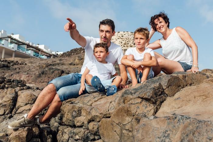 Fotografía de familia y sesión de fotos en Piedra Playa el Cotillo en Fuerteventura