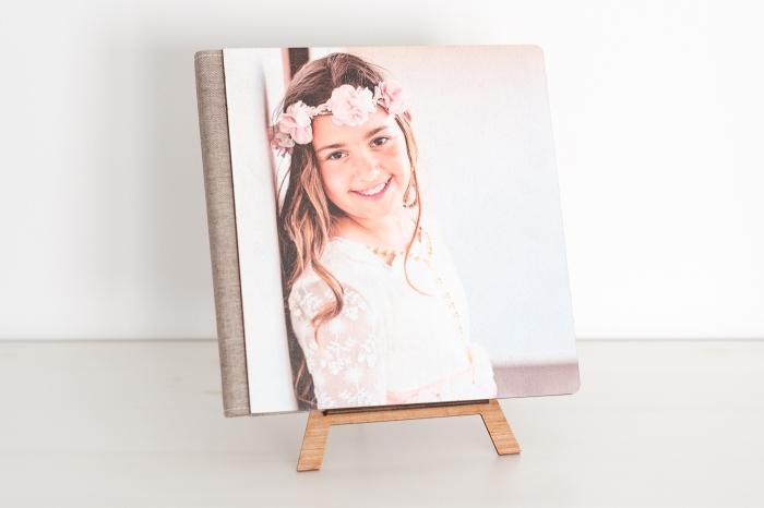 Álbum de comunión en papel fotográfico en lino con portada impresa en madera