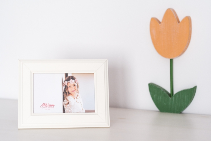 Muestra de recordatorio tipo foto standard en marco blanco para comunión